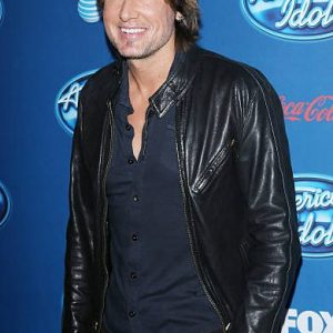 American-Idol-Season-12-Premiere-Keith-Urban-Leather-Jacket-390x600